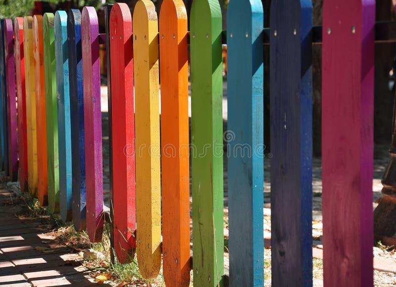 Cerca de madera colorida en un patio foto de archivo