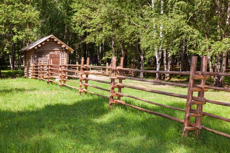 Cerca de madera con la pequeña casa de madera fotos de archivo libres de regalías