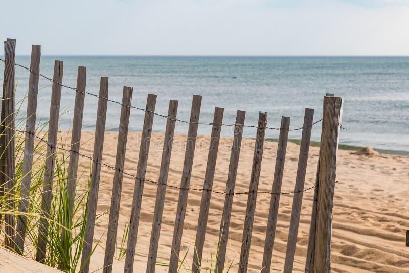Cerca de madera de la arena en la playa en la cabeza de las quejas, Carolina del Norte fotos de archivo