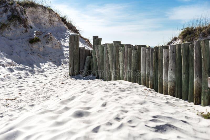 Cerca de madera en la playa imagen de archivo libre de regalías
