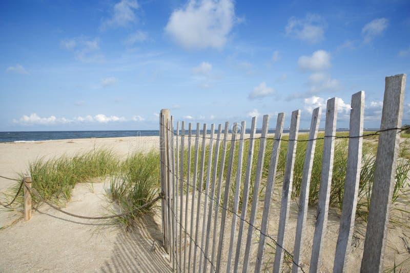 Cerca de madera resistida en la playa. foto de archivo