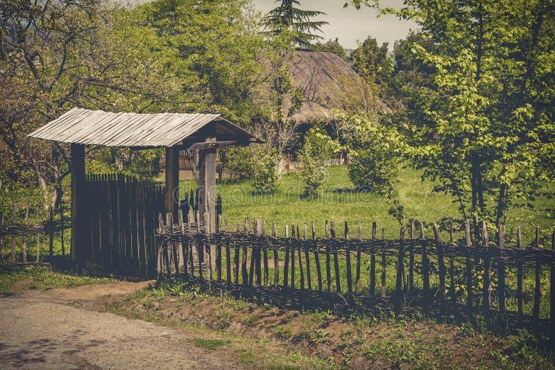 Cerca de madera rural de la puerta y del mimbre fotos de archivo