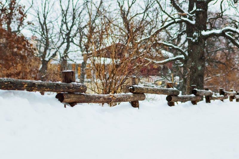 Cerca de madera vieja hermosa en invierno en la nieve foto de archivo libre de regalías