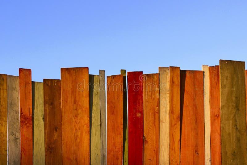 Cerca de madera y cielo azul foto de archivo