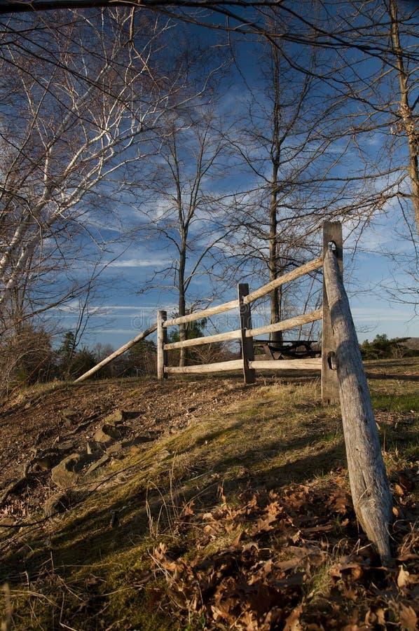 Cerca de madera y cielo azul imagen de archivo
