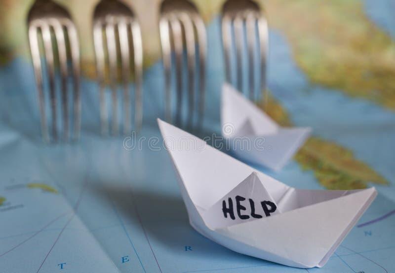 Cerca de papel Refugees do mapa do barco imagens de stock