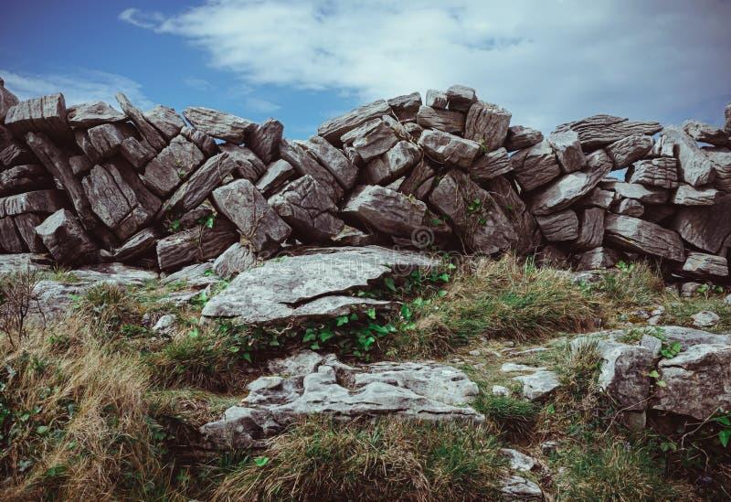 Cerca de piedra apilada seca modelada imagenes de archivo
