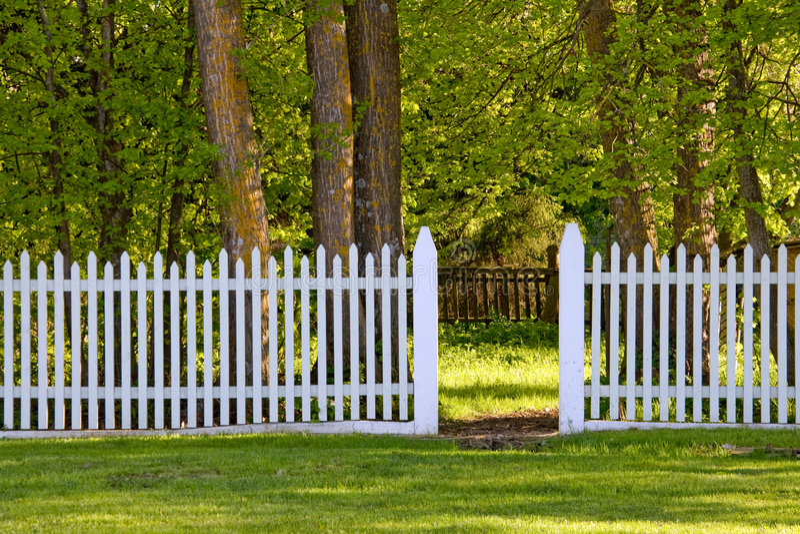 Cerca de piquete branca no parque imagem de stock