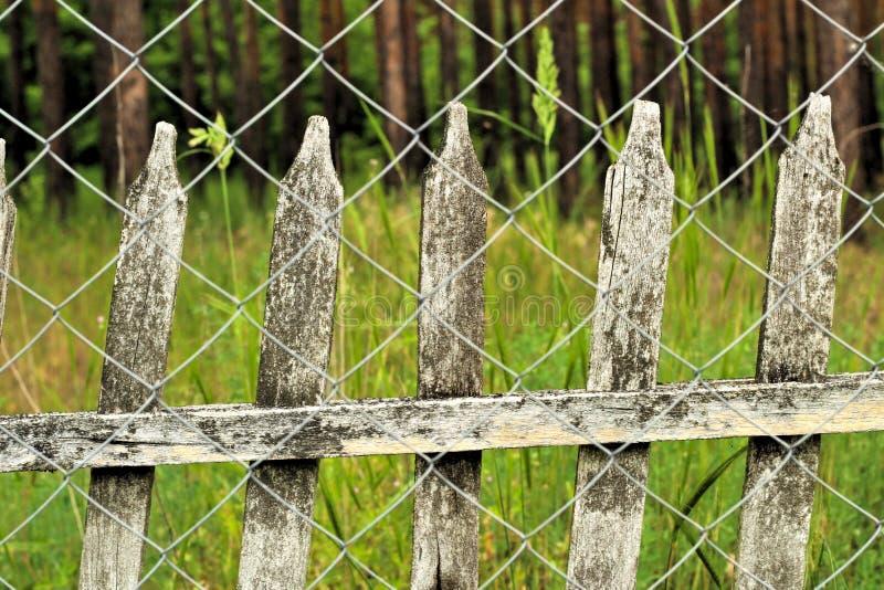 cerca de piquete velha no fundo da cerca do elo de corrente Paisagem do campo do vintage imagens de stock