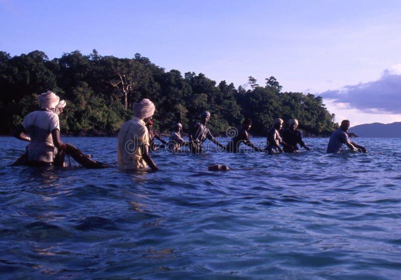 Cerca de Port Blair, islas de Andaman, la India, circa octubre de 2002: Pescadores que tiran de la red del océano fotografía de archivo libre de regalías