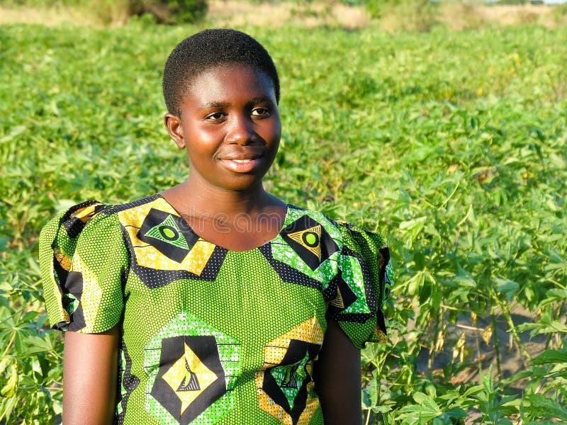 Cerca de Pweto, Katanga, el República del Congo Democratic: Mujer joven que presenta para la cámara imagen de archivo libre de regalías