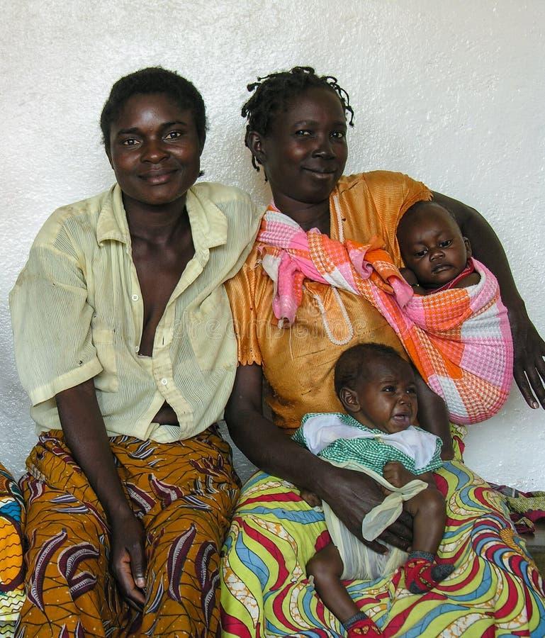 Cerca de Pweto, Katanga, el República del Congo Democratic: Retrato de las mujeres y de los niños que presentan para la cámara fotos de archivo libres de regalías