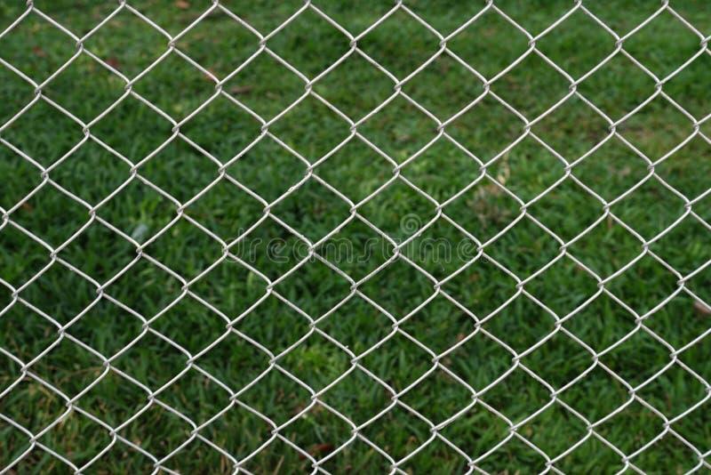 Cerca de rejilla de acero del campo de fútbol imagenes de archivo