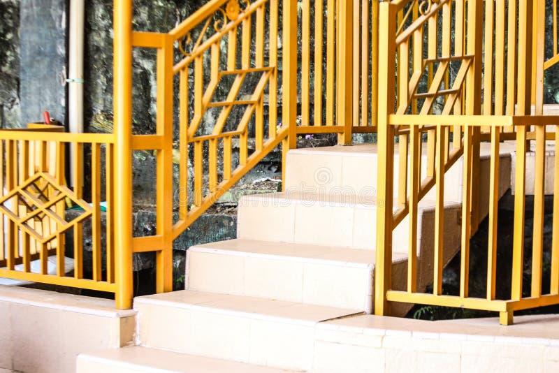 Cerca de segurança amarela no Home Page fotografia de stock royalty free