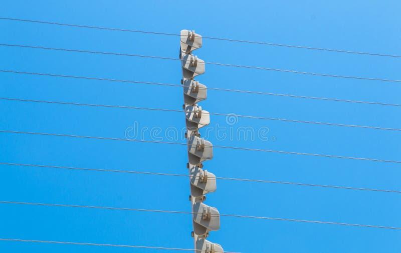 Cerca de segurança elétrica de alta tensão fixada na parede Instalation fotografia de stock