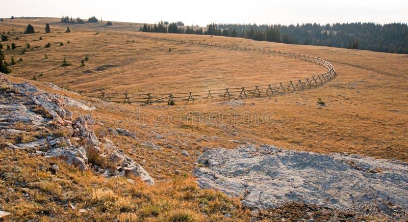 Cerca de trilho rachado no AM adiantado acima de garganta perdida da água na escala do cavalo selvagem das montanhas de Pryor na  imagens de stock