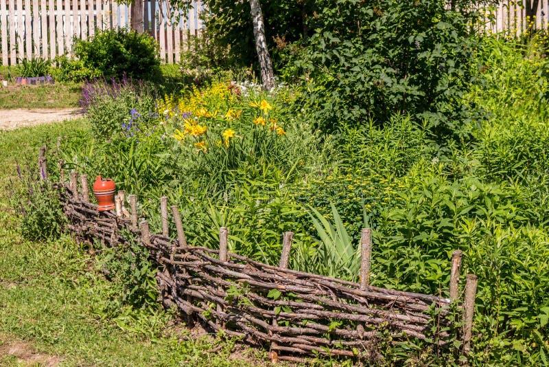 Cerca de vime de ramos secos na casa de campo do verão imagem de stock royalty free
