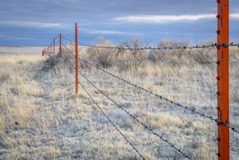 Cerca del alambre de púas en prado del Pawnee imagenes de archivo