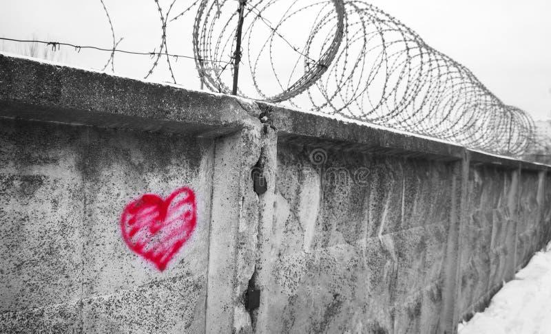 Cerca del alambre de púas, prisión, concepto de salvación, refugiado, silencioso foto de archivo
