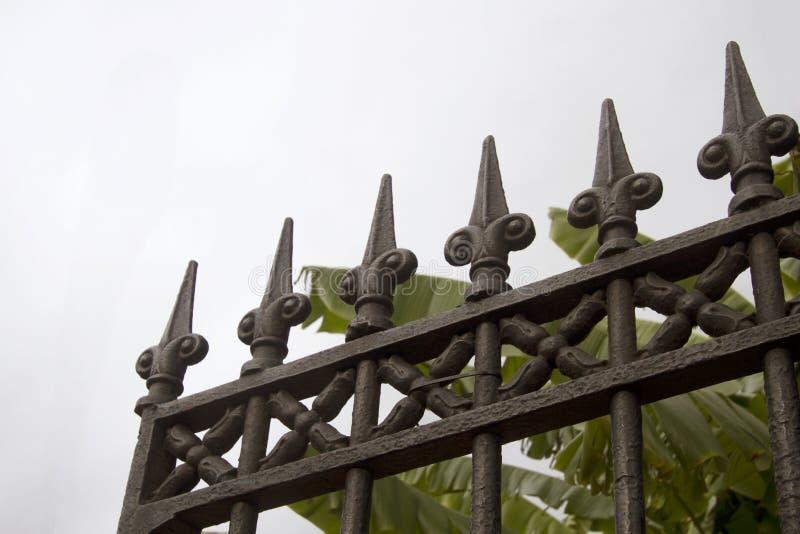 Cerca del hierro labrado en New Orleans foto de archivo