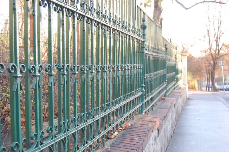 Cerca del metal con la pintura verde foto de archivo