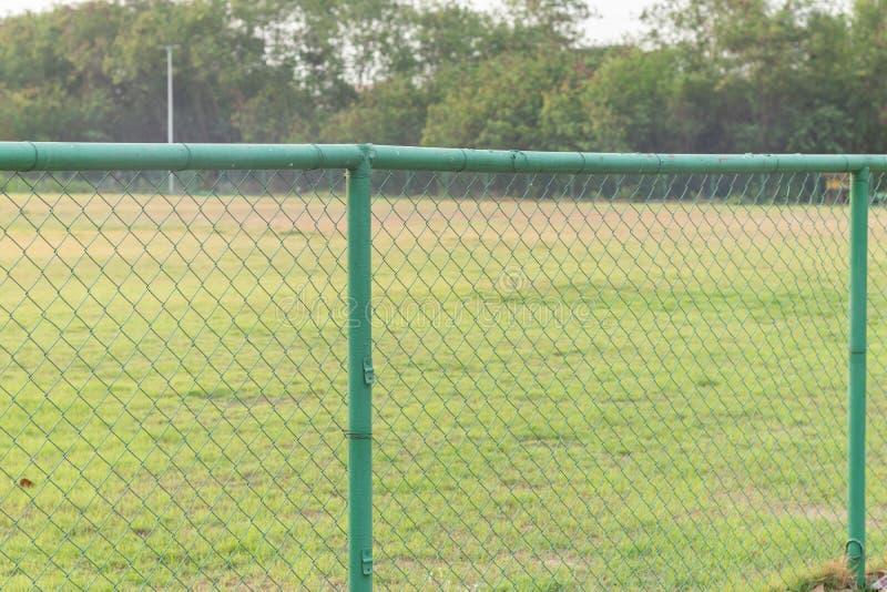 Cerca del metal en el campo de fútbol de la hierba fotografía de archivo