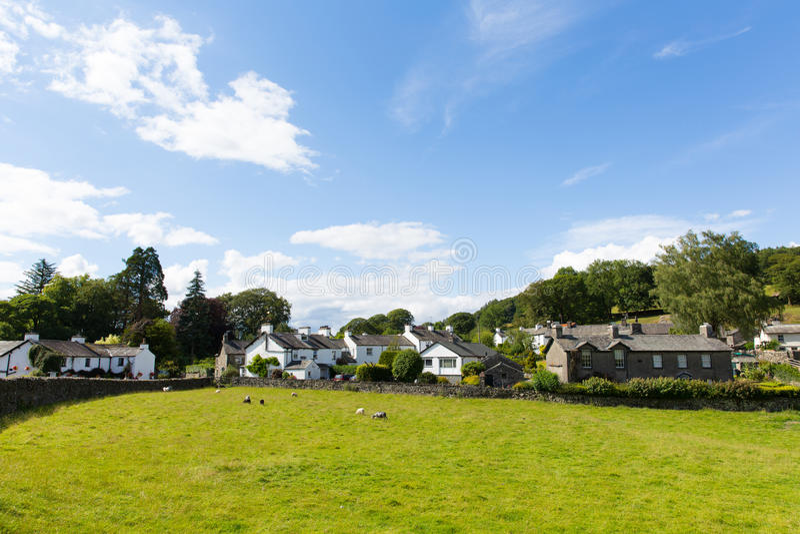 Cerca del pueblo de Sawrey por el hogar anterior del distrito del lago Hawkshead a Beatrix Potter fotos de archivo