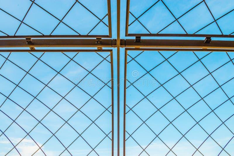 Cerca do metal com céu azul foto de stock royalty free