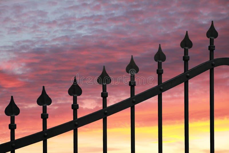 Cerca do metal contra o céu do por do sol imagem de stock royalty free