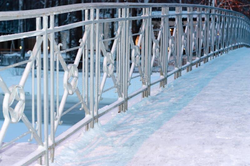 Cerca do metal da ponte na neve foto de stock royalty free