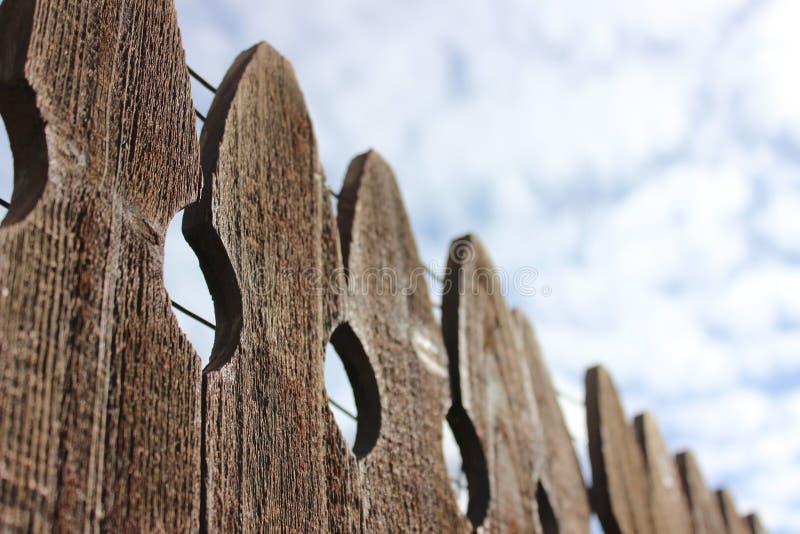 Cerca e céu de madeira Textured fotos de stock royalty free