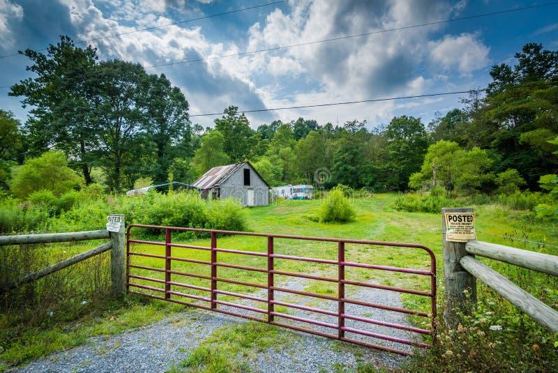 Cerca e casa no Shenandoah Valley rural de Virgínia foto de stock royalty free