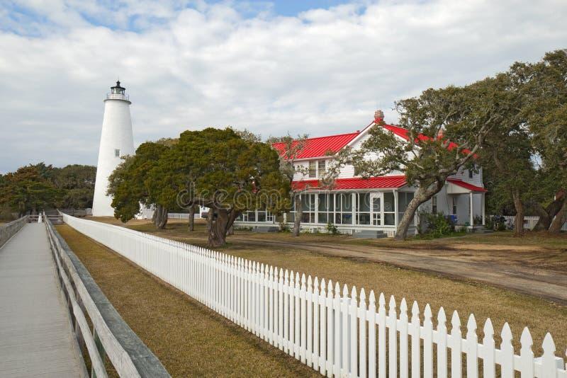 Farol da ilha de Ocracoke nos bancos exteriores de North Carolina imagens de stock royalty free