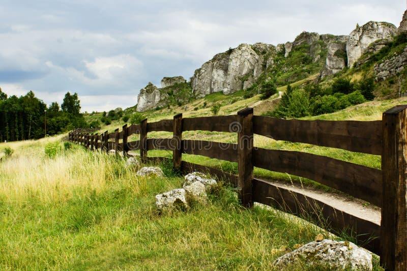 Cerca e rochas em Jura Krakowsko Czestochowska fotografia de stock royalty free