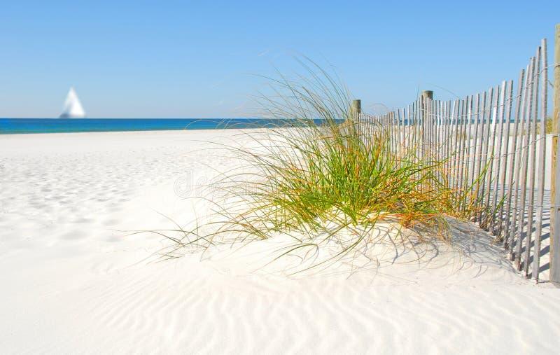 Cerca e Sailboat da duna de areia imagens de stock royalty free