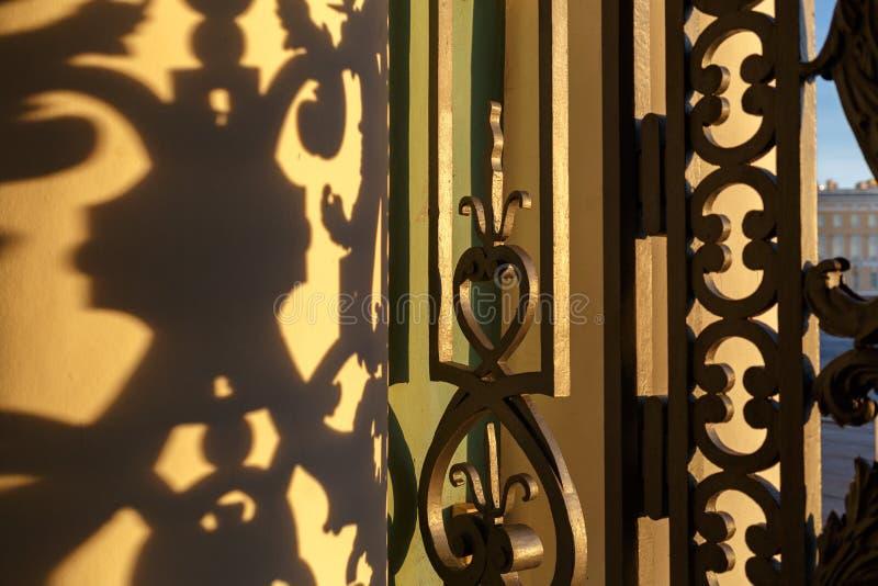 Cerca e sombra do ferro forjado foto de stock