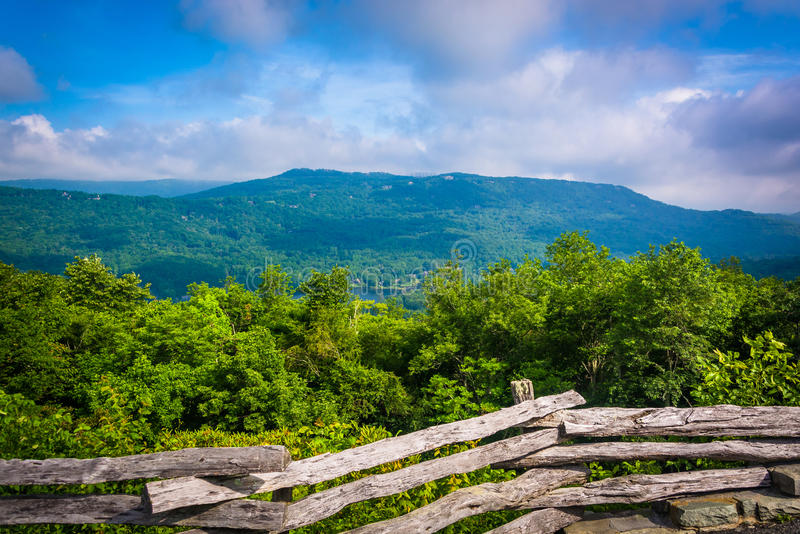 Cerca e vista da montanha de primeira geração, perto de Linville, C norte foto de stock