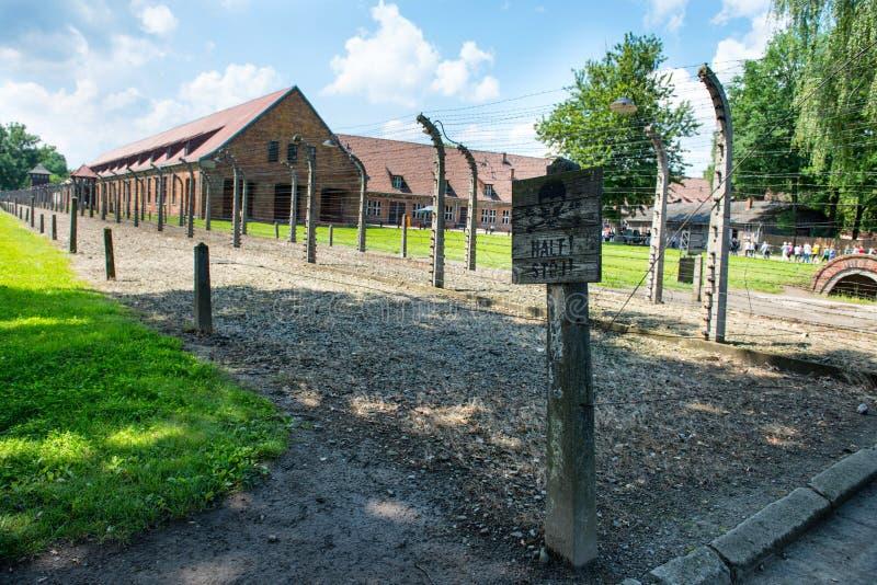 Cerca eléctrica en campo de concentración nazi anterior imágenes de archivo libres de regalías