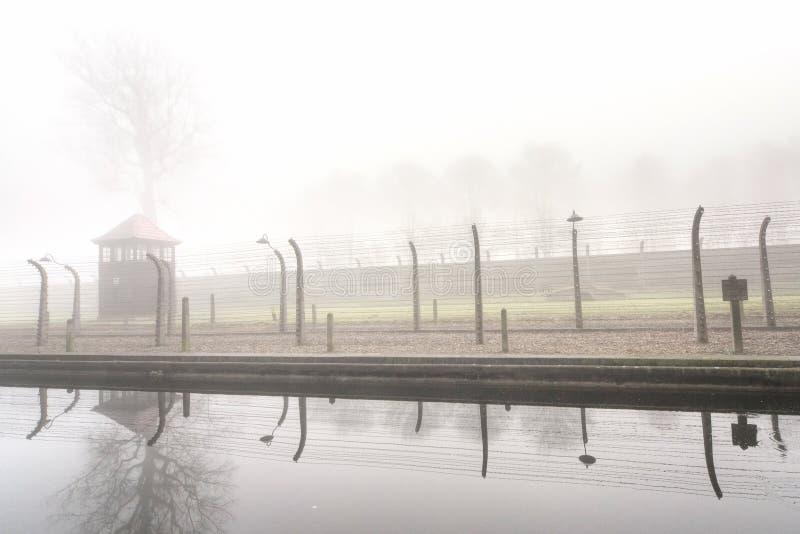 Cerca eléctrica en campo nazi anterior imagenes de archivo