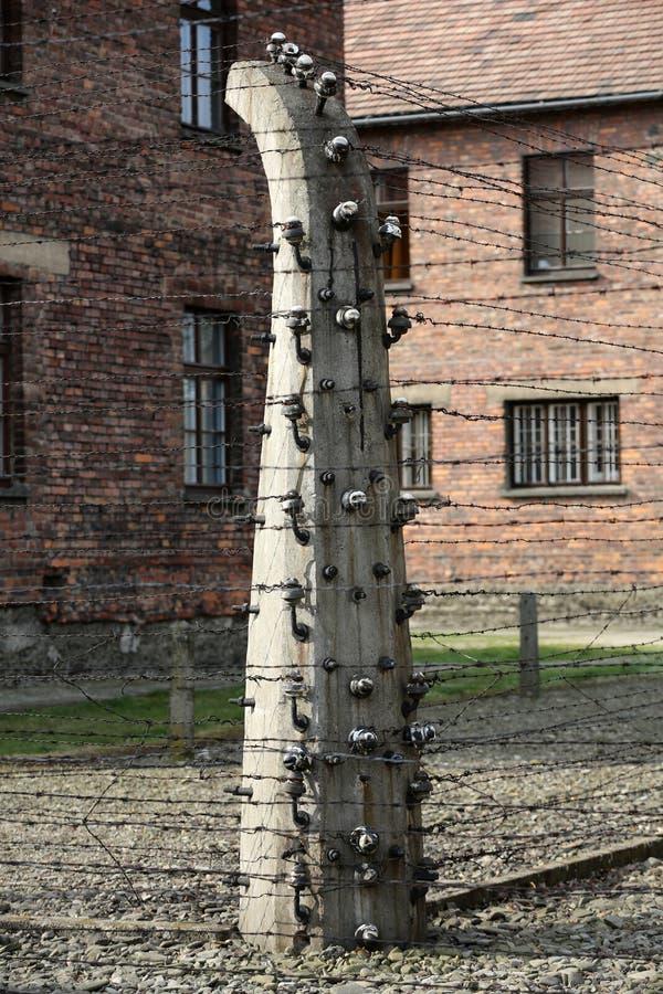 Cerca eléctrica en el campo de concentración nazi anterior Auschwitz I, fotos de archivo