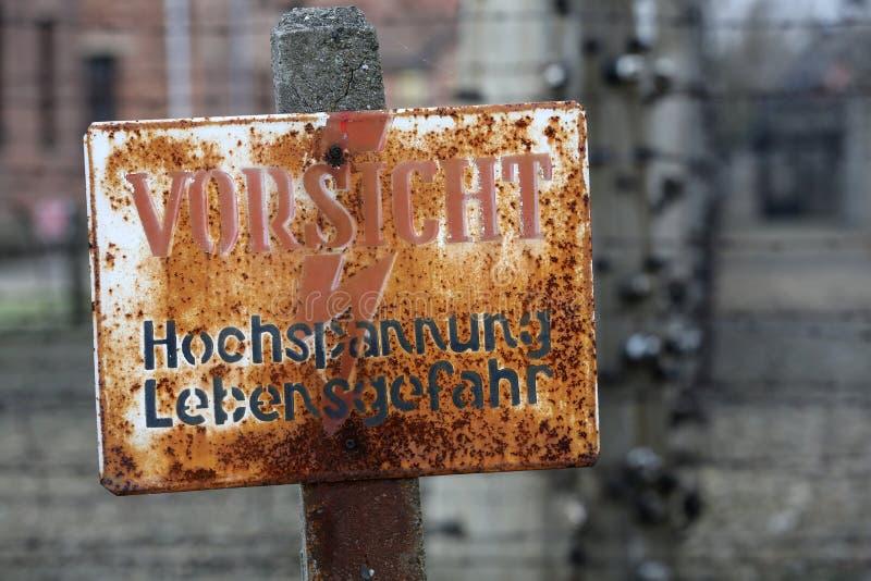 Cerca eléctrica en el campo de concentración nazi anterior Auschwitz I, imágenes de archivo libres de regalías