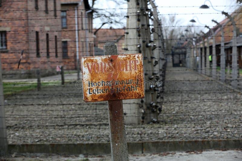 Cerca eléctrica en el campo de concentración nazi anterior Auschwitz I, imagenes de archivo