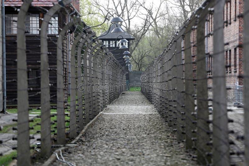 Cerca eléctrica en el campo de concentración nazi anterior Auschwitz I foto de archivo