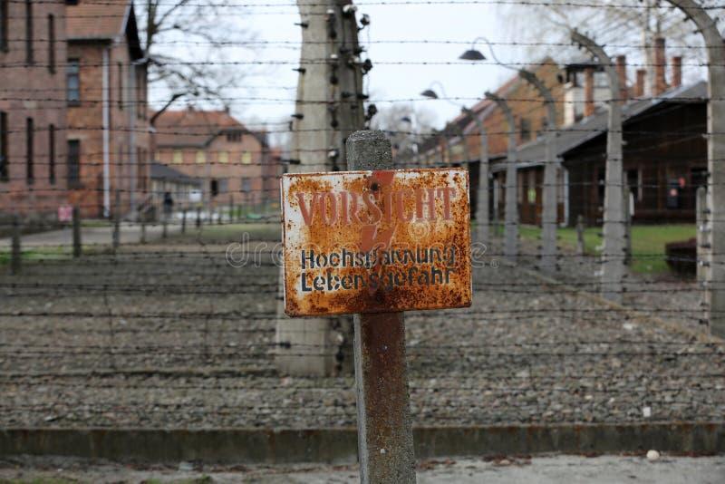 Cerca eléctrica en el campo de concentración nazi anterior Auschwitz I fotos de archivo libres de regalías