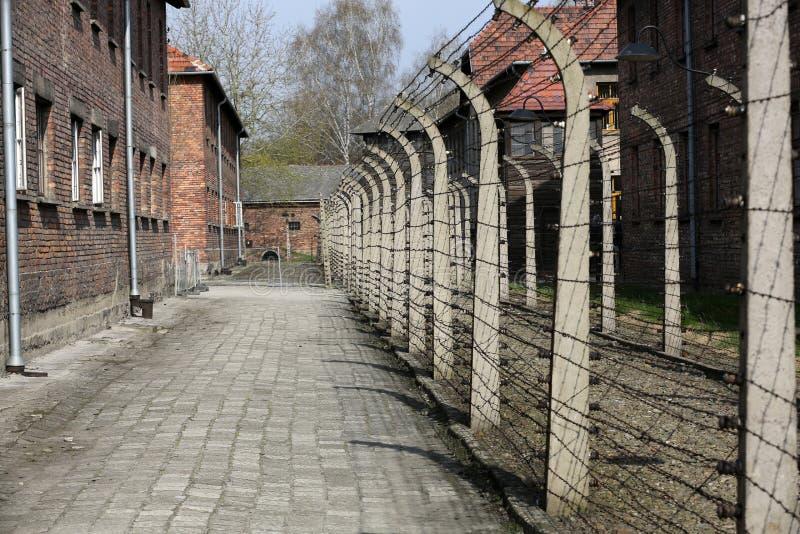 Cerca eléctrica en el campo de concentración nazi anterior Auschwitz I fotos de archivo