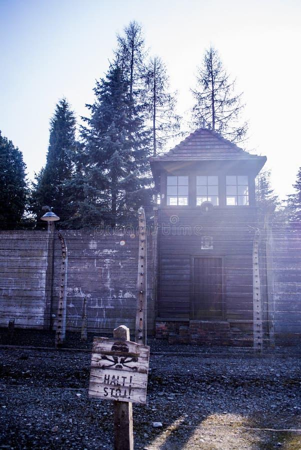 Cerca eléctrica en el campo de concentración nazi anterior Auschwitz I, Polonia fotos de archivo