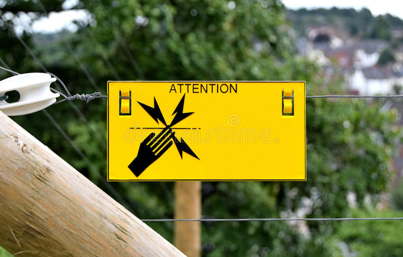 A cerca elétrica assina dentro Dudley, West Midlands, Reino Unido Perigo de choque! imagem de stock royalty free