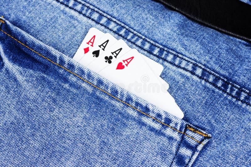 Cerca encima de dos as de las tarjetas en bolsillo de pantalones de los vaqueros Concepto de suerte, juegos de póker foto de archivo libre de regalías