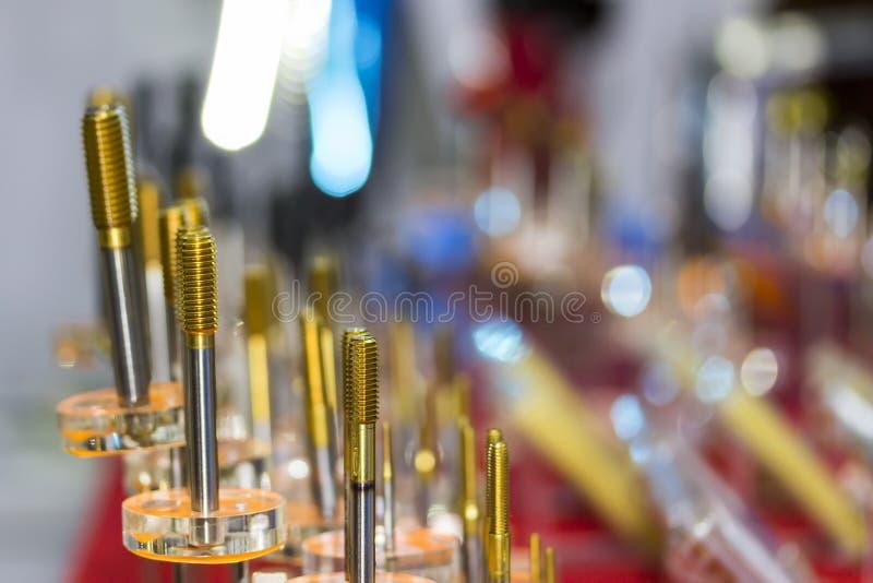 Cerca encima mucho de clase de rollo de oro de la herramienta de la alta precisión del color que golpea ligeramente que forma y q fotografía de archivo libre de regalías