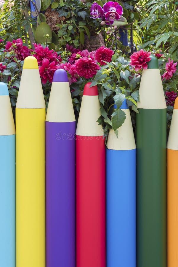 Cerca formada lápiz en jardín imagenes de archivo